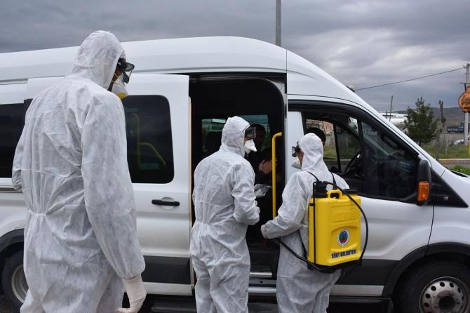 Siirt'te araçlar dezenfekte edildikten sonra kente alınıyor