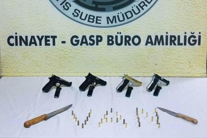 Van Adliyesi önünde bekleyen silahlı 3 kişi yakalandı