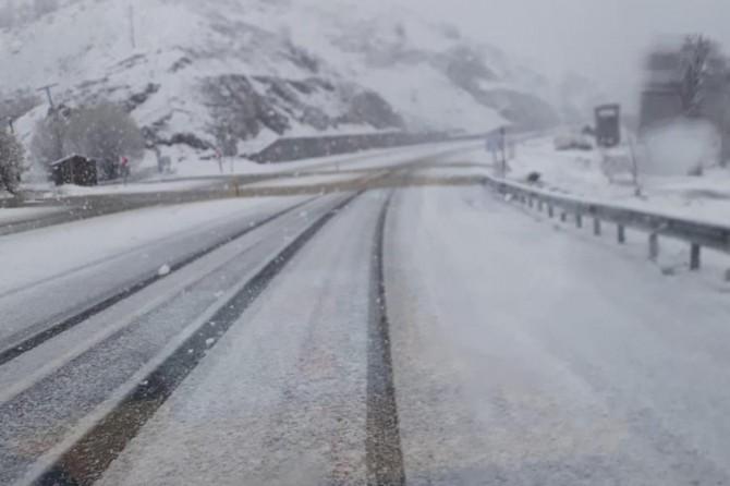 Elazığ'da nisan ayında şaşırtan kar yağışı