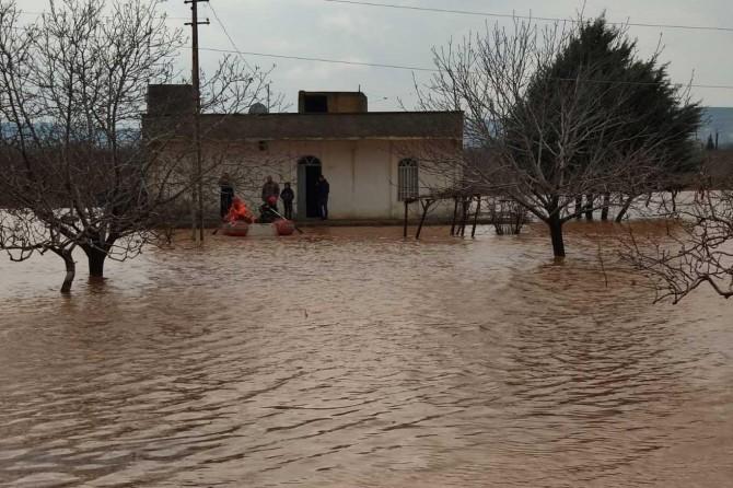 Şanlıurfa Hamurkesen'de sel sularından dolayı mahsur kalanlar botlarla kurtarıldı