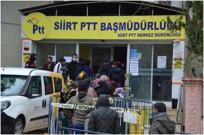 Siirt'te PTT'ye akın eden vatandaşlar sosyal mesafe kuralına uymadı
