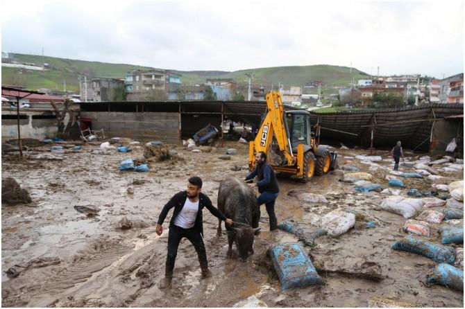 Ev ve ahırları sular altında kalan Çarıklı köylüsü mağduriyetlerinin giderilmesini istiyor