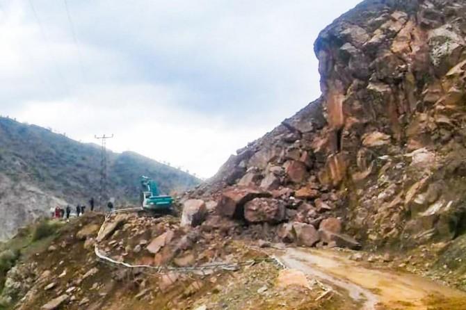 Sason'da heyelanın kapattığı yol ulaşıma açıldı