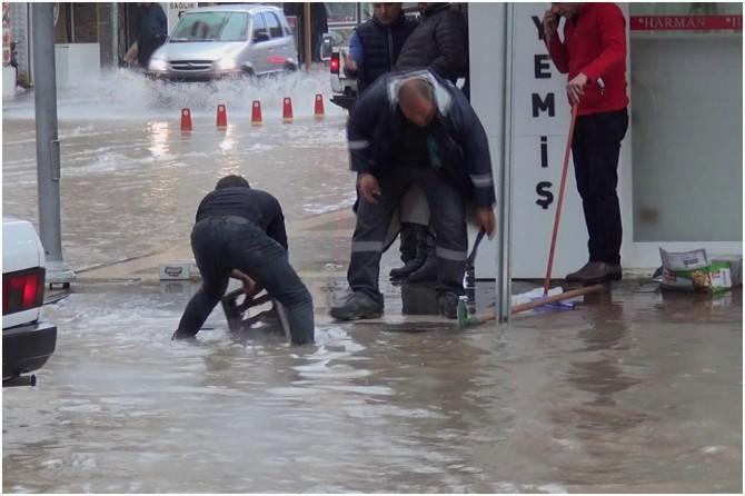 Adıyaman'da ani bastıran nisan yağmur cadde ve sokakları sular altında bıraktı