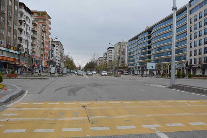Coronavirus nedeniyle Batman'ın en kalabalık sokak ve parkları boşaldı