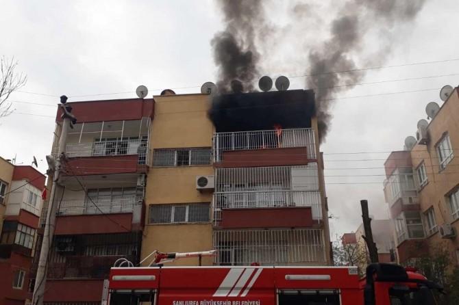 Şanlıurfa Haliliye'de apartmanın son katında çıkan yangın paniğe yol açtı