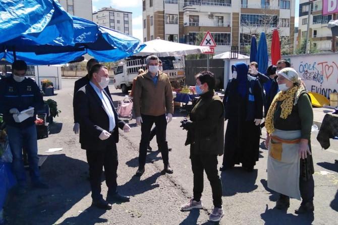 Diyarbakır'da semt pazarlarında maske dağıtıldı