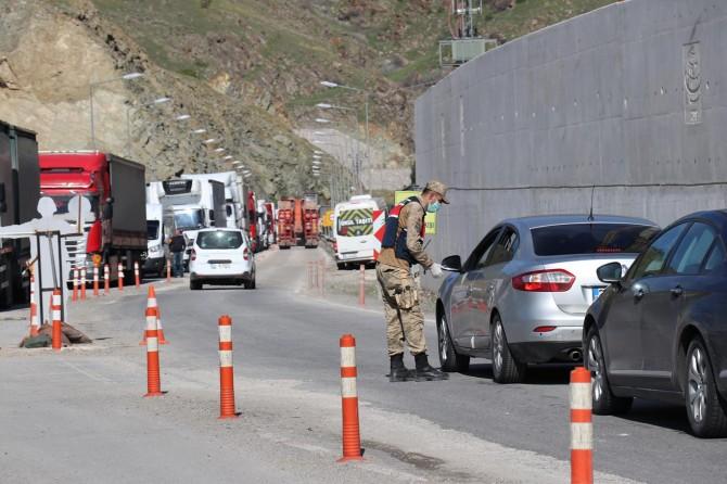 Büyükşehirlere giriş yapmak isteyen yüzlerce araç yasak nedeniyle geri çevrildi