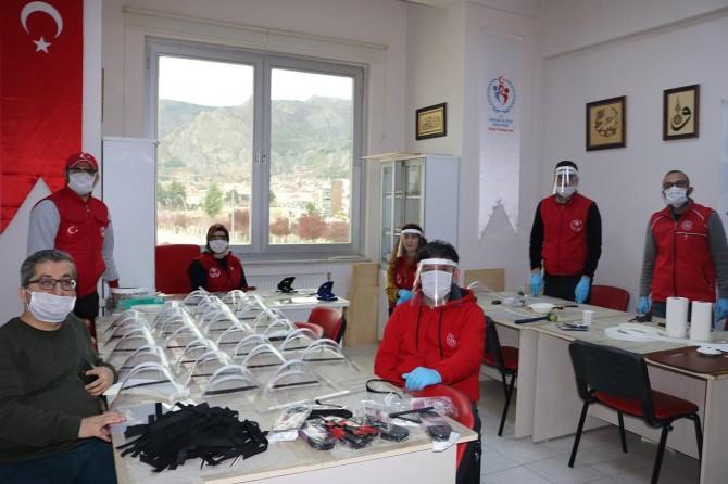 Amasya'da sağlık çalışanları için maske üretiliyor