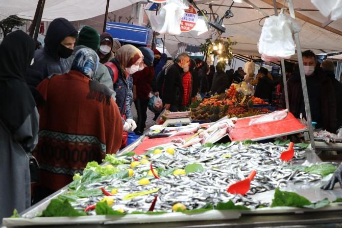 İstanbul'da Coronavirus tedbirlerinin uygulandığı pazarlarda sosyal mesafeye dikkat edilmedi