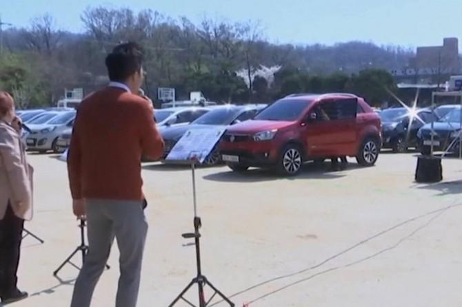 Güney Koreli Hıristiyanlar araçlarının içinden ayine katıldılar