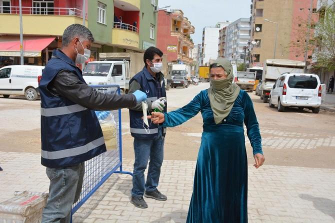 Kızıltepe'de pazar girişlerinde ücretsiz maske ve eldiven dağıtıyor
