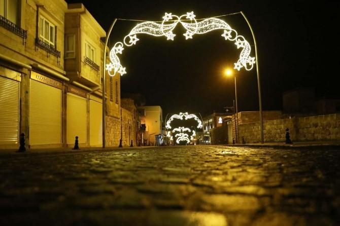 Mardin'de cadde ve sokaklar akşamları da boş