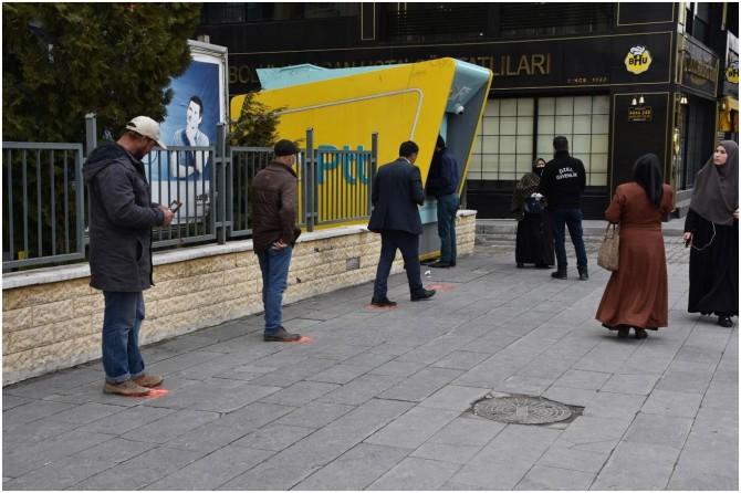 Tatvan Belediyesi sosyal mesafenin korunması için zemin çıkartmaları yapıştırdı