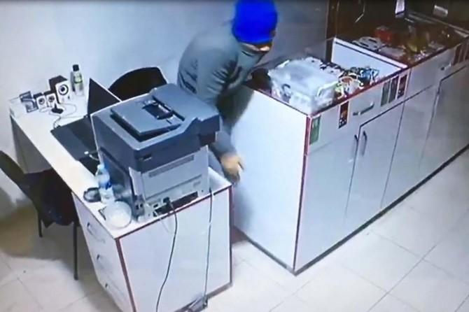 Nusaybin'de iş yerine giren hırsızlar güvenlik kamerasına yansıdı