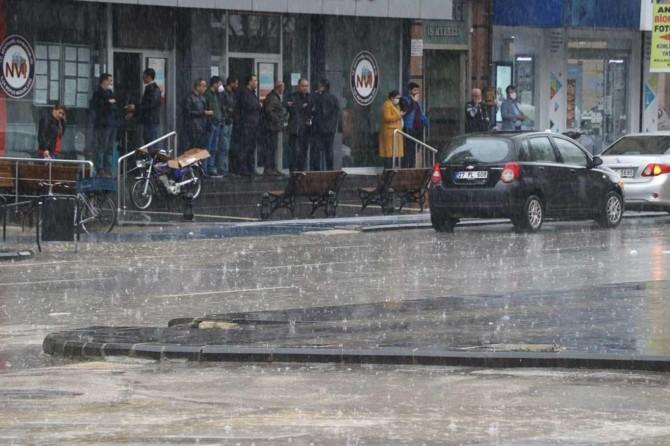 Gaziantep'te sosyal mesafe kuralı şiddetli yağmur engeline takıldı