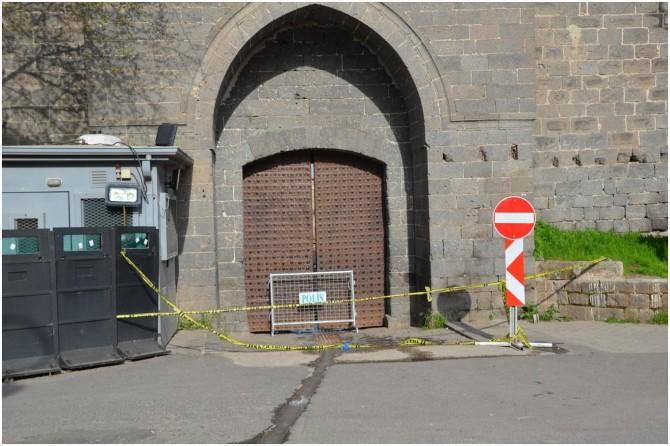Covid-19'dan dolayı kapalı olan cami önünde dua edip Kur'an okudular