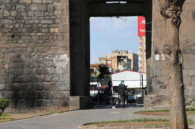 Diyarbakır'ın birçok noktasında Covid-19 önlemleri için yaya kontrol noktaları kuruldu