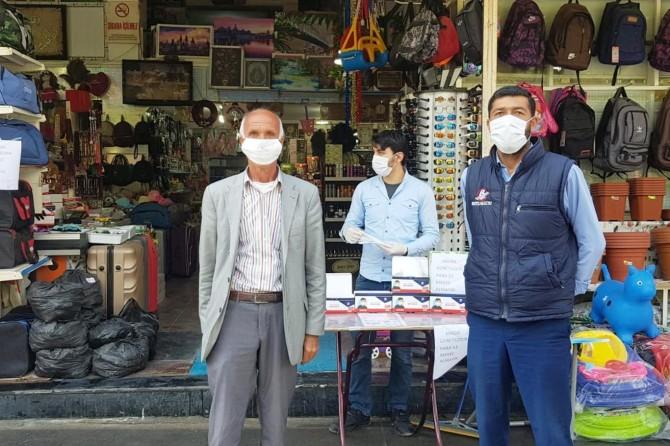 Kızıltepe'de esnaftan vatandaşa ücretsiz maske