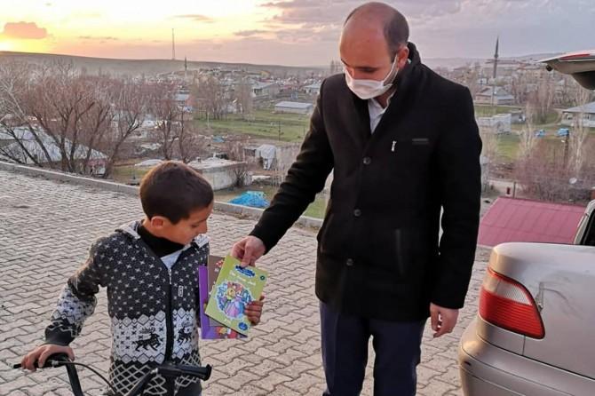 Taşlıçay'da evde kalan öğrencilere okumaları için kitap dağıtıyorlar