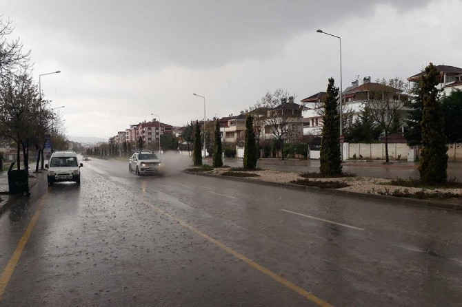 Sağanak yağış trafikte zor anlar yaşattı