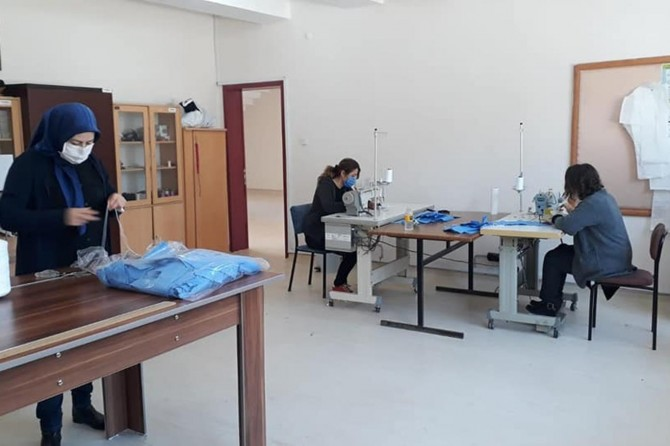 Amasya Gümüşhacıköy Halk Eğitim Merkezinde gönüllü olarak maske üretiliyor
