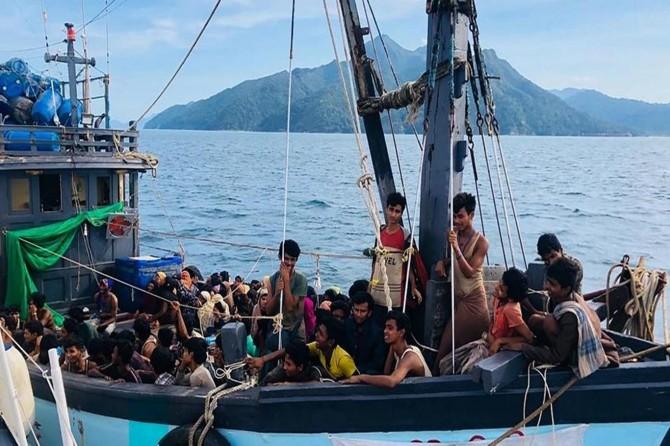 Denizde mahsur kalan 382 Arakanlı Müslüman kurtarıldı