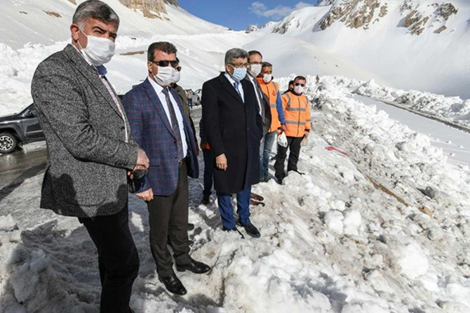Vali Bilmez, Van-Bahçesaray karayolundaki karla mücadele çalışmalarını inceledi