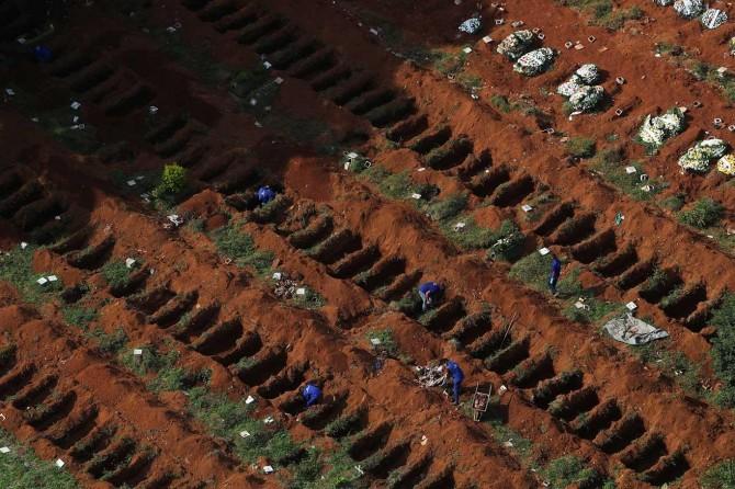 Brezilya'da Covid-19'dan ölenler için toplu mezarlar kazıldı