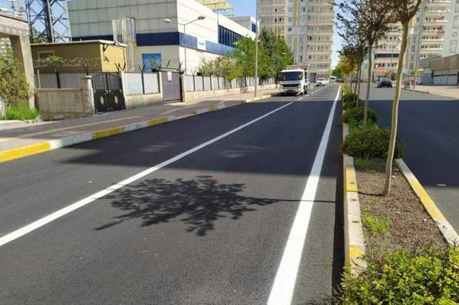 Diyarbakır Bağlar Belediyesi sokakları kendi üretimleri olan asfaltla yeniliyor