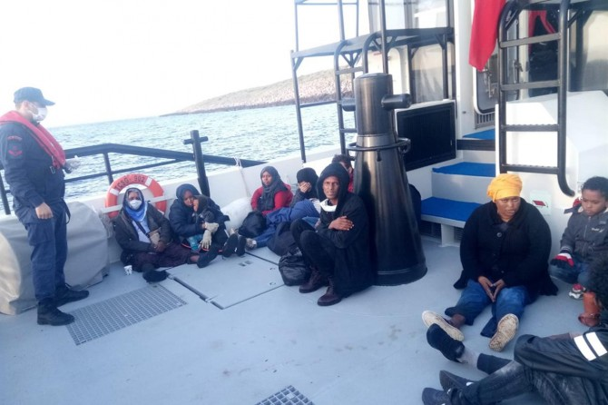 İzmir'de 14 düzensiz göçmen kurtarıldı