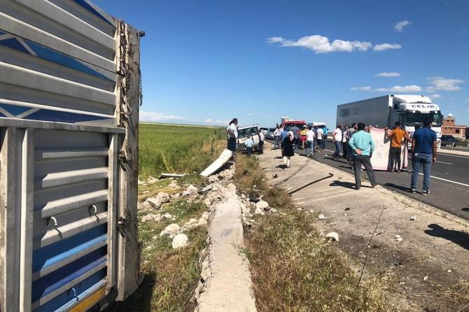 Nusaybin'de hayvan yüklü kamyonete TIR çaptı: 1 ölü, 3 yaralı