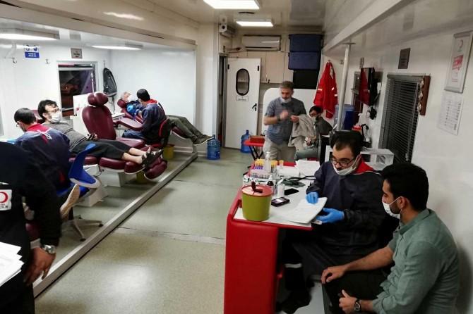 HÜDA PAR Antalya Gençlik Kolları Kızılay'a kan bağışında bulundu