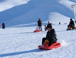 Vanlılar, Gevaş'a bağlı Abalı Köyü'ndeki kayak merkezine akın etti