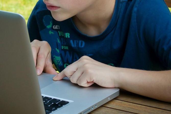 Batman Sağlık Müdürlüğü: Güvenli internet kullanımı her ailenin vazgeçilmezi olmalı