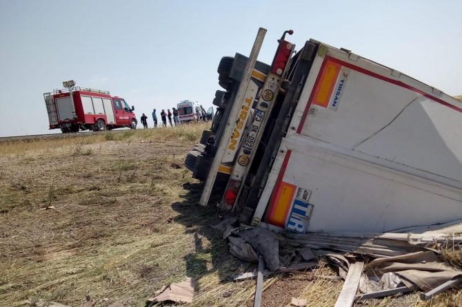 Nusaybin'de çekirdek yüklü TIR devrildi: Bir yaralı