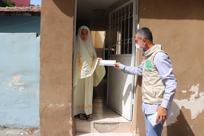 Umut Kervanı İskenderun'da çocuklara bayram harçlığı dağıttı