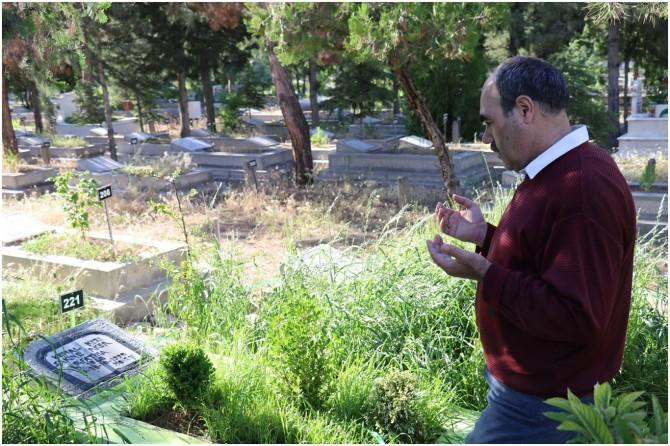 30 yıldır her gün annesinin mezarını ziyaret ediyor