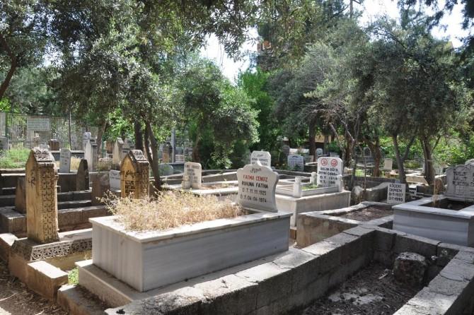 Sokağa çıkma yasağı nedeniyle mezarlıklara ziyaret yapılamadı