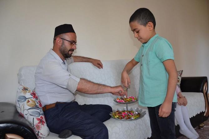 Diyarbakırlılar bayram namazını evde kılıp bayramlaştı