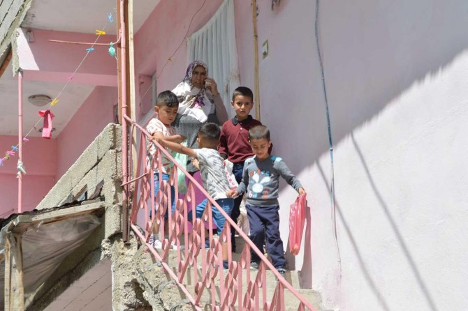 Çocuklar sokağa çıkma yasağını dinlemedi