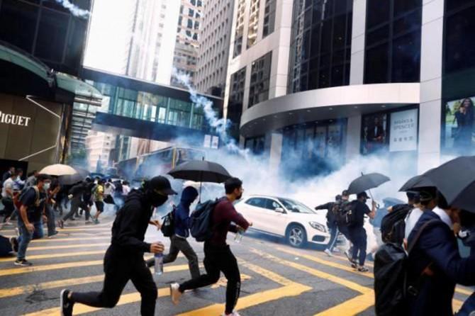 Hong Kong polisi yaklaşık 120 protestocuyu gözaltına aldı
