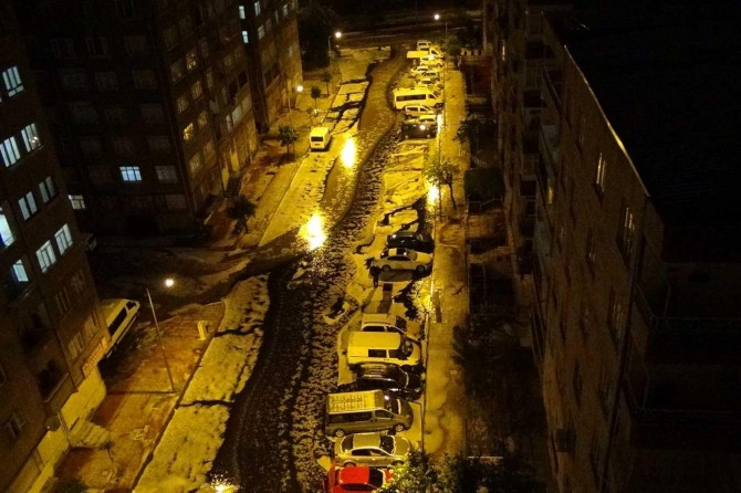 Dolu yağışı sonrası Diyarbakır sokakları beyaza büründü