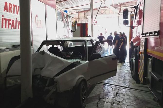 Artvin'de direksiyon hâkimiyetini kaybeden sürücü, otomobiliyle itfaiyenin içerisine girdi