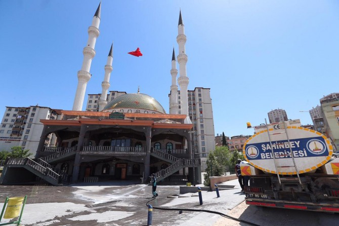 Gaziantep'te yeniden ibadete açılacak camiler dezenfekte ediliyor