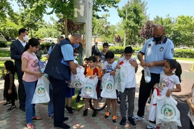 Bağlar Belediyesi yasaktan sonra dışarı çıkan çocuklara spor malzemesi dağıttı