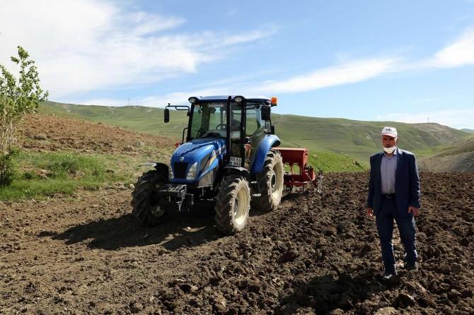Van Büyükşehir Belediyesinden çiftçiye makine desteği