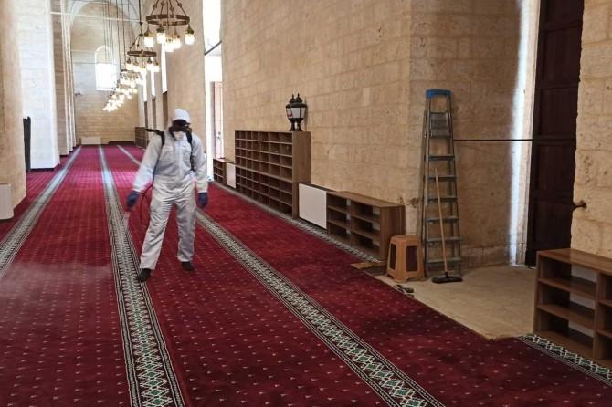 Mardin'deki tarihi camide ibadet öncesi temizlik ve dezenfekte çalışması yapıldı