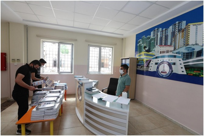 Gaziantep'te YKS'ye hazırlanan öğrencilere deneme seti dağıtıldı