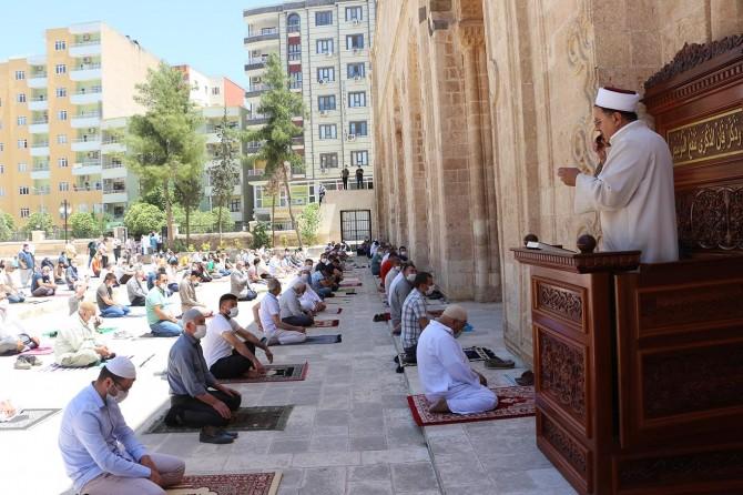 Tarihi Ulu Cami'nin avlusunda sosyal mesafeli cuma namazı kılındı